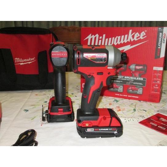 Milwaukee M18 18v鋰離子無刷無線緊湊型電鑽/衝擊組合套件(2-Tool) W /(2)2.0Ah電池,充電器和包