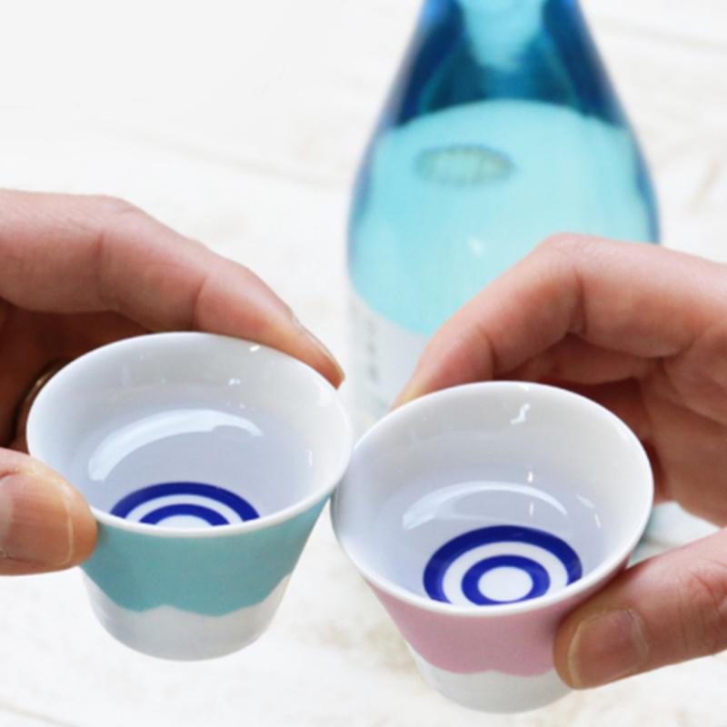 日本 富士山の歡呼 粉紅粉藍一對 富士山清酒瓷杯 連木禮盒【市集世界 - 日本市集】