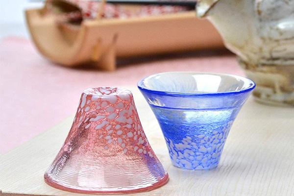日本製造 清酒燒灼用 紅藍一對 富士山招福玻璃杯 (原木禮盒裝) (449)【市集世界 - 日本市集】